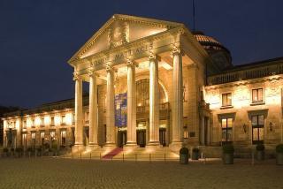 800px Kurhaus Wiesbaden bei Nacht