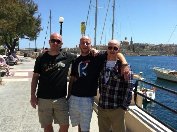 Jesper Hougaard gemeinsam mit seinen beiden Brüdern in Malta.