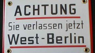 schild achtung sie verlassen jetzt west berlin