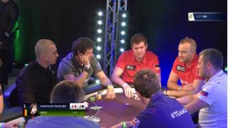 Marvin Rettenmaier sitzt am Feature Table des Global Poker Masters